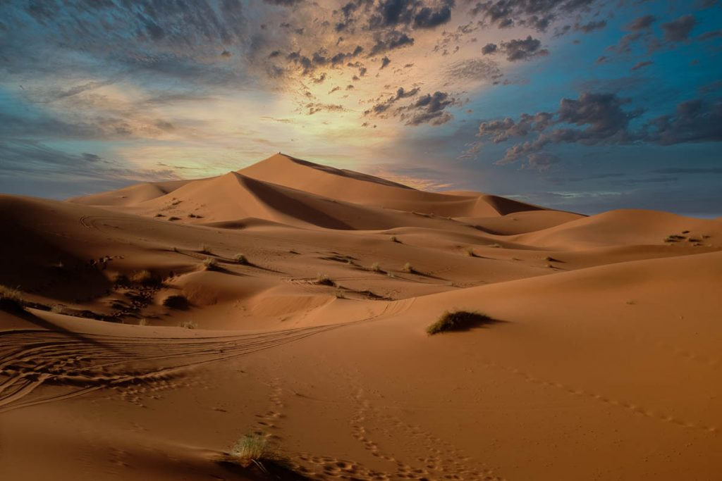 Evening sunset over a sand dune in the Sahara